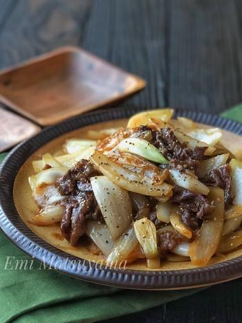 玉ねぎと牛こまを炒めて、オイスターソースなどの調味料を加えるレシピ。オイスターソースのコクが、牛肉と相性抜群です。
