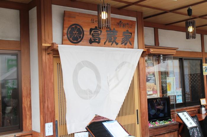 栗菓子の老舗「竹風堂 小布施本店」の並びに。春から秋にかけては、店の前にテラス席が設置されます。 日本料理に始まり、蕎麦打ち数十年のキャリアを持つ店主が、1985年に県内・上田市でスタートさせた同名の店を、2004年、小布施町に移転・開業しました。