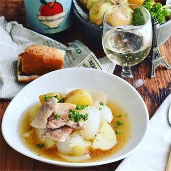 ホクホク甘い新玉ねぎと新じゃがに、豚バラのうま味がプラスされたさっと煮。スープまで飲み干したいおいしさです。お好みで、白菜などの葉物野菜を加えてもOK。