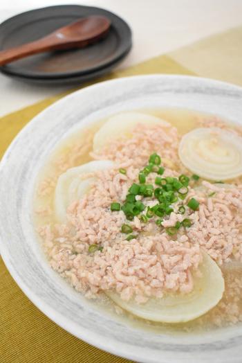 玉ねぎはレンジで加熱し、鶏ひき肉のあっさり餡をかけていただくレシピです。ネギや柚子の皮を散らして香りをアップさせると美味しいですよ。