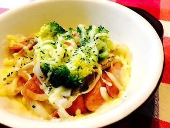 玉ねぎとウインナーを炒め、ブロッコリーなどお好みの野菜をのせて、チーズをたっぷりかけてレンジでチン。ピザ用チーズはたっぷりかけるとおいしさがアップします。