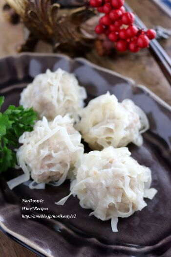 プリップリのエビシューマイ。玉ねぎはすりおろしとみじん切りを半々にして、食感を楽しめるタネにします。