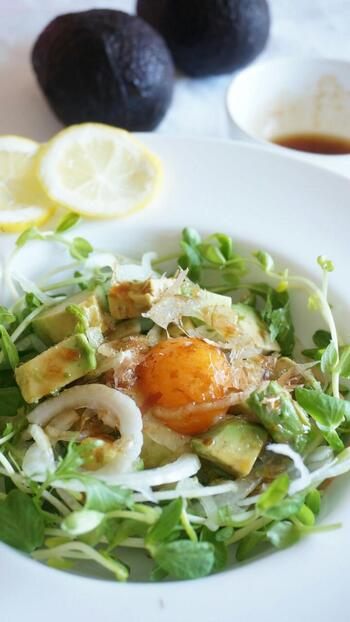 まろやかなアボカドと、さっぱりした新玉ねぎの組み合わせが美味しいサラダです。卵黄をのせることで、まろやかさがアップ。