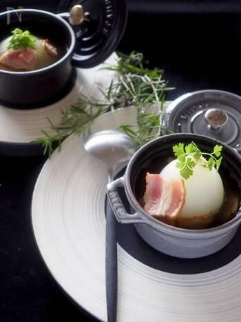 新玉ねぎを丸ごと一個使った贅沢なスープです。レンジで作ることができるので、簡単にできますよ。