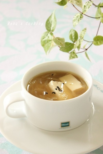 豆腐と春雨を使ったヘルシーなスープ。飴色になるまで炒めた玉ねぎが、スープの味に深みを出します。