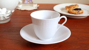 真っ白な陶器は凹凸で作られた縞模様がポイントです。上品なカップや取っ手の作り、ソーサーの曲線など細部に高級感があります。