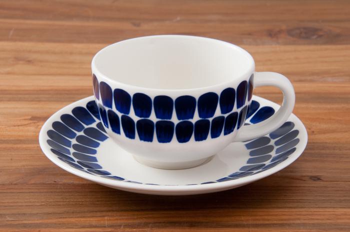 白地に深みのある濃紺が映えるカップ&ソーサーです。花びらのようにも見えるデザインは、世代や性別を超えて受け入れられる上品さがあります。