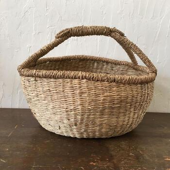 い草で編まれたバスケットは、ナチュラルテイストで洋室にもぴったり。ブランケットなどをサッと入れておけますね。