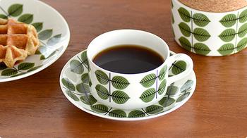 木の葉をデザインしたカップ&ソーサーです。背の低いデザインがほっこりとしていてかわいらしい。セットのお皿やシュガーポットもあるので、揃えて使いたくなる。