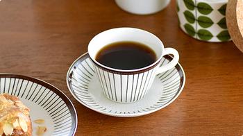 直線的に広がった器に、茶色で描かれたストライプが素敵なカップ&ソーサーです。等間隔ではないからこそ生まれる温もりがあります。