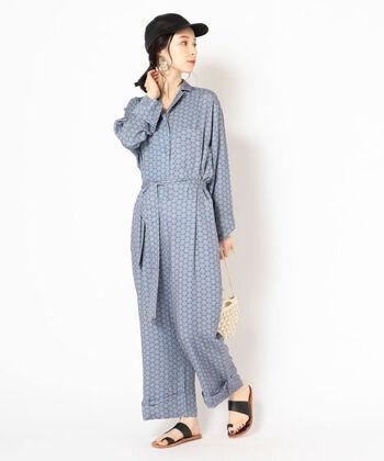 ブルーのジャンプスーツに、ブラックの小物を合わせたコーディネートです。柄物のジャンプスーツは、小物の色を統一すると着こなしやすくなります。