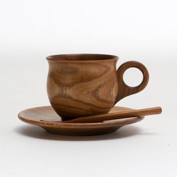 エンジュの木で作られた深みのある色合いが素敵なコーヒーカップ&ソーサーです。丸みを帯びたシルエットで、手に収まる感じも落ち着きます。スプーンもセットになっているので、組み合わせて使おう。