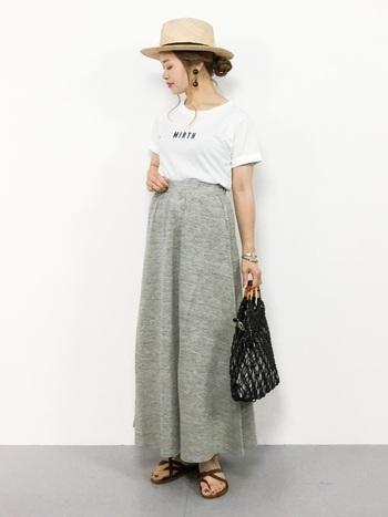 ぴったりサイズTシャツ×トップスインのスタイルと合わせるときも、ゆったり感を意識して。ワイドパンツやフレアスカートなどと合わせると、トレンド感のある麦わら帽子コーデになります。