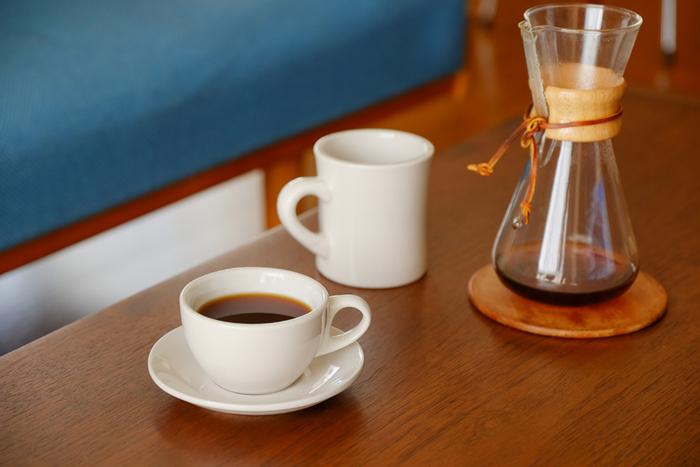 乳白色のぽってりとしたコーヒーカップはお店で出てくる器のよう。温かなコーヒーが一層温もり深く感じられそうです。手のひらにすっぽりと収まるサイズです。