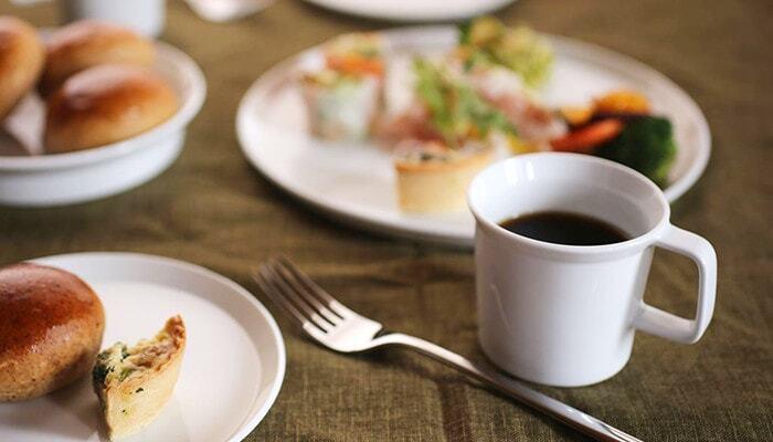 シンプルだけど、どこか主張のあるマグカップ。テーブルに置けばちょっとした存在感があります。直線的に作られた取っ手や縁の部分など、使いやすさとデザイン性が魅力です。