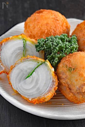 玉ねぎに豚バラを巻いて揚げる、ボリュームたっぷりのおかず。しそとチーズを挟んでいるので、玉ねぎ丸ごとでも飽きないおいしさです。