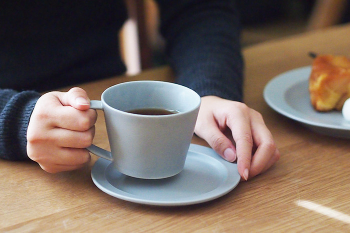 明るい色合いも素敵です。程よい大きさに、大きく作られた取っ手が使いやすそうです。コーヒーや紅茶、ちょっとしたスープも楽しめそう。