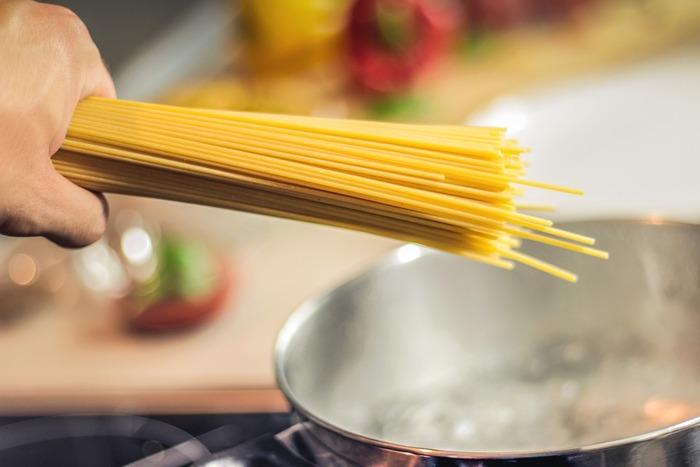 1L(1000ml)の水に対して、約1人前のパスタ(約100g)を茹でることができます。2人前作るなら、理想的なお湯の量は約2L以上。もし鍋やフライパンが小さい場合は、パスタを半分に折って茹でればOKですが、できれば家にある一番大きな鍋で作るとより美味しく仕上がります。  一度に茹でるのは2人分までがベターです。麺が多すぎると、ソースと絡めるとき失敗の原因になることも。