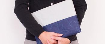 「ナオロン」という特殊な和紙で作られたiPadケースは味のあるシワとバイカラーがお洒落。和紙ですが水に強く、耐久性もたかいのが特徴でiPadを衝撃から守ってくれる優れものです。