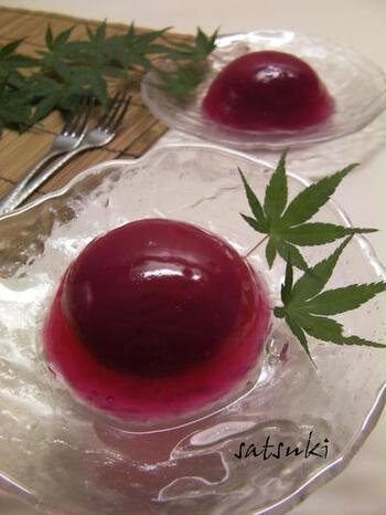 赤シソジュースで作った水饅頭にはちみつ梅を入れるデザートレシピ。赤シソジュースの色が鮮やかで、見た目も◎はちみつ梅は1~2日ほど赤シソジュースに漬け込むので、しょっぱさがなくなって饅頭に合います。