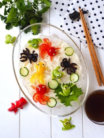 ミニトマト、オリーブ、そら豆を使って、金魚やカエルが素麺の上で泳ぐぎやかな盛り付け。遊び心あふれるカラフルな盛り付けなら、子供も飽きずに食べてくれそう。