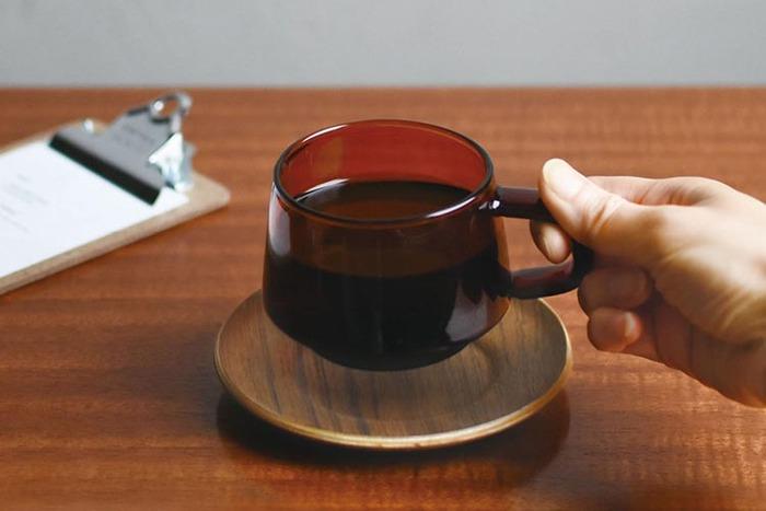 下膨れのシルエットに可愛らしく付いた取っ手が印象的なカップです。耐熱ガラスで出来ているから、アイスもホットも楽しめます。ガラスに木のソーサーを合わせるのもモダンな雰囲気で素敵です。