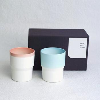 陶器の質感と、モダンな配色が素敵な有田焼のペアカップです。シックな濃紺の箱に入れられて、磁器の白さが際立ちます。
