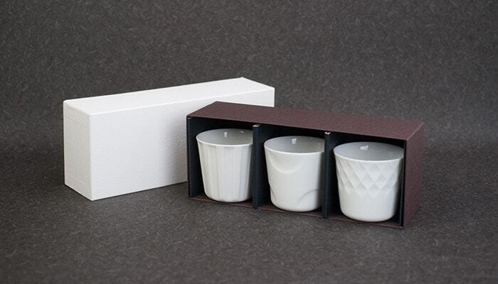 和食にも洋食にも似合いそうなカップのセットは、どれもスタイリッシュなデザインが素敵です。磁器の凹凸によって生み出される陰影に見とれてしまいそう。