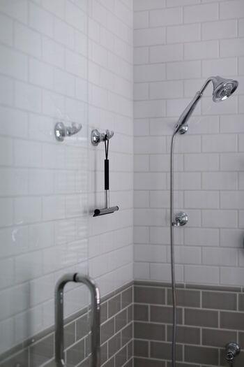 スクイージーで壁の水滴を落としたり、バスブラシで浴槽を洗ったり。すぐ手に取れる場所に掃除グッズを置いておけば、いつでもサッと手早くお掃除を済ませることができます。入浴後などのちょっとした時間を活用して綺麗にしておけば、いつも気持ちよくバスルームを使うことができますね。
