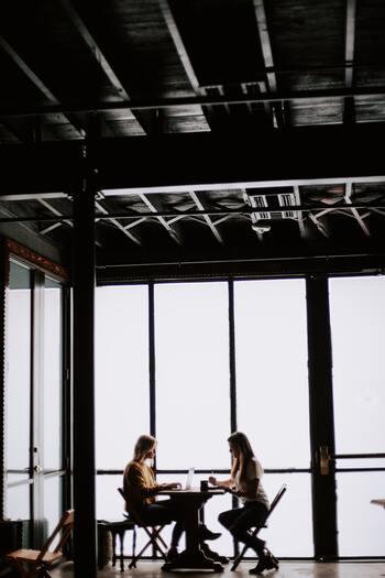 「1つの話題について一緒に盛り上がれる」、「そつなく楽しい会話ができる」、他の部分でわかり合うことができなくても、そんなグレーゾーンな関係も大切なものです。好きか嫌いだけで二分しない関係を受け入れましょう。