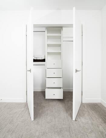 誰もが使いやすいと感じる収納には、「ひと目で中が見渡せる」「使いたい時にすぐ取り出せる」など、共通するいくつかの条件があります。ここからは、我が家の収納に活かすためのヒントや実際のアイデア例をご紹介しましょう。