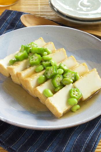 夏にはひんやりとしたあんかけをどうぞ。あんかけは濃いめの味付けにするのが美味しくするコツ。オクラと枝豆の色味や食感が、シンプルな厚揚げを引き立てます。
