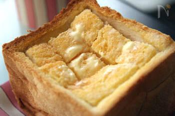 厚切りパンは、包丁で縦横2~3本ずつ切れ目を入れることでバターやトッピングしたものの味が全体にしみやすくなり、食べやすくもなります。こちらの写真は1斤を半分にカットしたものを使っていますが、通常の4枚切りに切れ目を入れてもOKです。