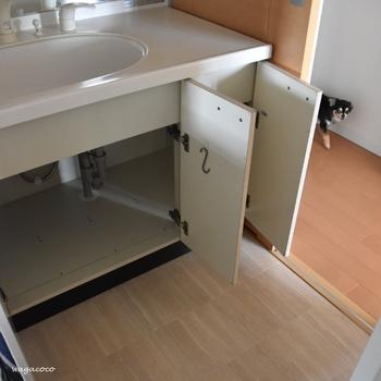 普段はなかなかお掃除できない「洗面台下」も、定期的に中のものを全部出して、隅々まで綺麗にしておきたい場所ですよね。棚や引き出しの中も拭き掃除をしておくと、毎日気持ちよく使うことができますよ。