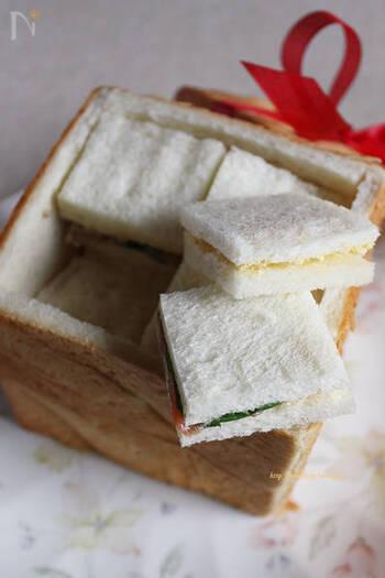 """フランス語で""""びっくり""""という意味をもつ「パン・シュープリーズ」。丸ごと1斤くり抜いて器代わりに。中身はサンドイッチを作って詰め込めば、パーティーのおもてなしにぴったりです。"""