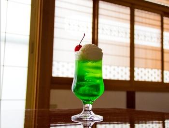 喫茶店文化が息づく京都には、昔からずっと愛されている「クリームソーダ」が魅力のお店もあるし、進化系の「クリームソーダ」が楽しめるお店もたくさんあります。お寺や神社巡りはもちろんのこと、京都の思い出としてお好みのクリームソーダを探してみるのも醍醐味のひとつではないでしょうか?王道からフォトジェニックなものまで、何軒はしごしてもきっと飽きることがありませんよ♪