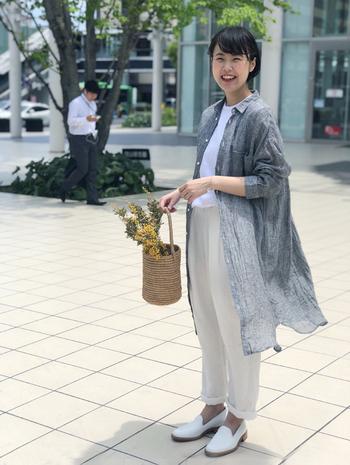 ナチュラルテイストのお洋服を大人っぽく見せたいときには、大きめなバッグよりも小さめを選ぶとよりスマートにまとまります。特にオーバーサイズの服と相性バツグン!個性的なデザインや形で、コーデのさりげないアクセントにしてもいいですね。