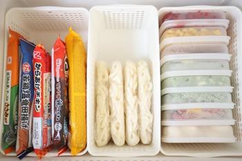 冷凍庫内は食品を立てて隙間なく入れておくのが◎冷凍食品や作り置きの食材などが一目でわかるようになります。カゴやブックスタンドなどを仕切りにして倒れないようにしましょう。