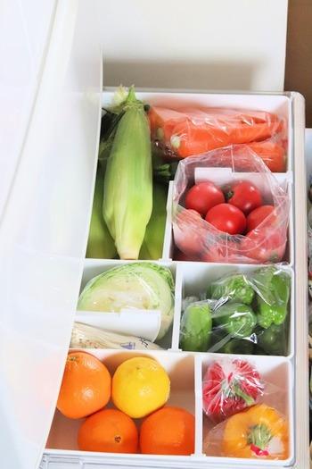 野菜はカゴで仕切って、種類別に入れておくと収納しやすくなります。また、野菜同士が重なって痛んでしまうことの防止にも。使いかけの小さな野菜もまとめて目立つ場所に入れておきましょう。