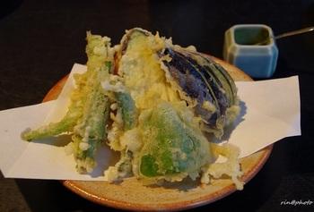 """""""冷めてもさっくり""""を保てるようにと、天ぷら粉の1割にそば粉を混ぜているそう。"""
