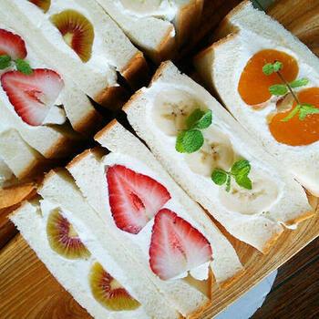 こちらのレシピでは、美しい断面にカットするためのコツがよく分かります。やはり、可愛らしい断面があってこその、フルーツサンドですよね。