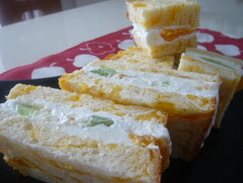 クリームチーズに生クリームをすこしだけアレンジしたさっぱりクリームは柑橘系の果物によく合います。