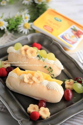 パイナップル風味のクリームチーズと生クリームを合わせて、絞り出し袋を使って波型にパンに絞り込んでいます。フルーツはクリームを詰めた後にセットしていくと美しく仕上がりますね。