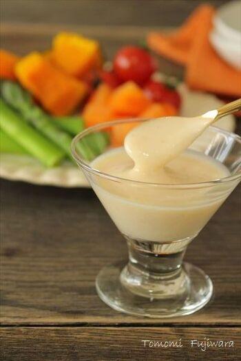 オイル類を使わないヨーグルトベースの爽やかなドレッシング。ほんのり甘くて、野菜がどんどん食べられます。ヨーグルトや味噌などの栄養が摂れるのもうれしいですね。