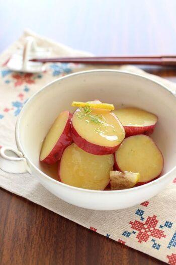 さつま芋の甘煮に、かぼすをほんのり香らせて。柔らかな酸味が自然な甘さと調和します。かぼすは半分はいちょう切り、もう半分は皮をすりおろして使っています。