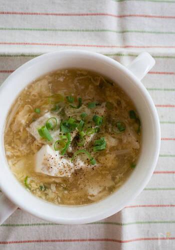 こちらは卵と豆腐を使った簡単にできるスープ。ネギやすりおろし生姜など、冷蔵庫にあるもので作れるので、卵や豆腐を使い切りたいという時に役立ちます。