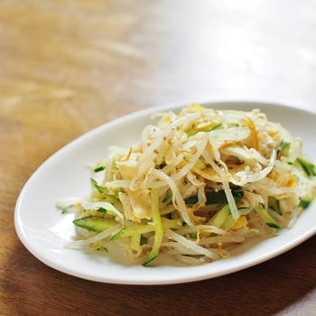 モヤシと錦糸卵をサラダにしたレシピ。冷菜にもホットサラダにもできる万能レシピなので、モヤシのほかに加える野菜は、冷蔵庫にあるものでも◎