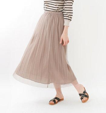 チュール素材とストライプデザインを組み合わせた、こなれ感たっぷりなロングスカート。着るだけで今っぽさを演出でき、透け感素材で涼しげに着こなせます。タイツやレギンスのレイヤードにも、合わせやすいアイテムです。