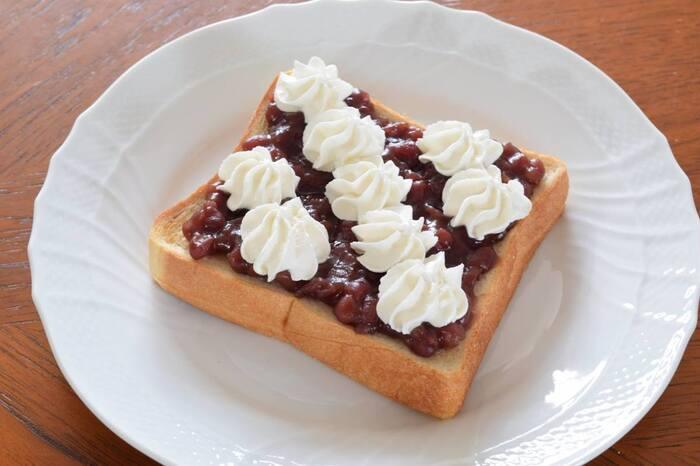 名古屋界隈の喫茶店のモーニングで食べられる「小倉トースト」。お店によってトッピングやパンの厚さ等、こだわりがあるところも多いです。こちらのレシピではホイップクリームをのせて、少し甘めに仕上げています。