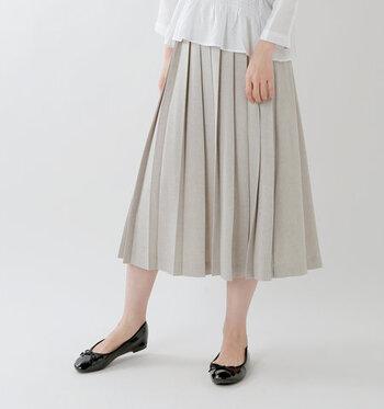 フロントにプリーツデザインを施し、バックスタイルはギャザーを寄せただけのイージーに履けるスカートです。ミディ丈の上品な長さで、オフィスカジュアルにも着回しできます。